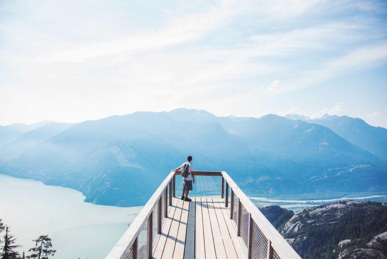 Mann auf Steg in Kanada
