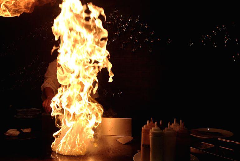 Kochshow Feuer bei Nacht
