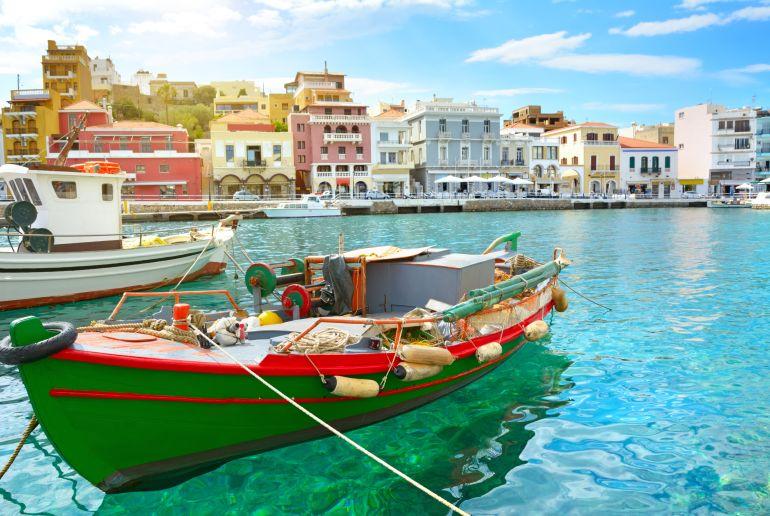 Boot im Meer vor Stadt