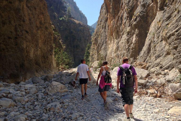 Junge Menschen beim Wandern