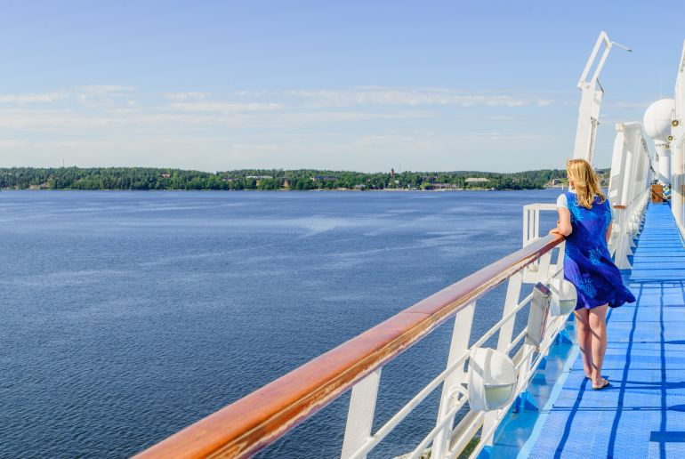 Frau mit blauem Kleid auf Boot in Schweden