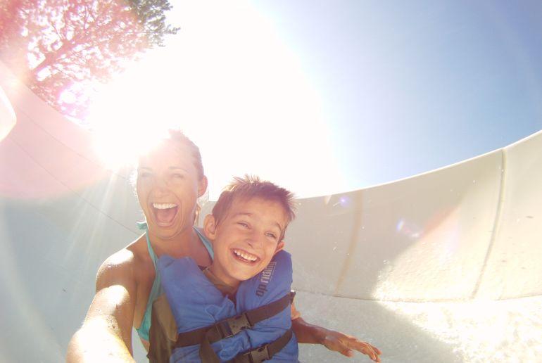 Mutter mit Sohn auf Wasserrutsche
