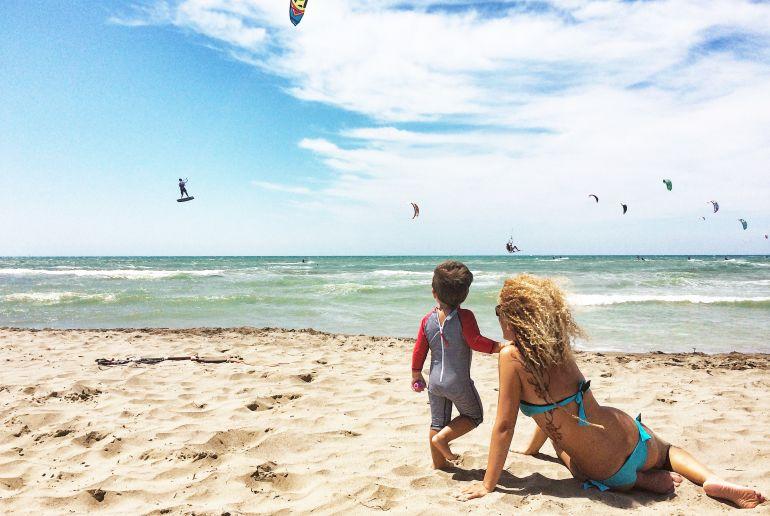 Gran canraia frau mit Kind am Strand