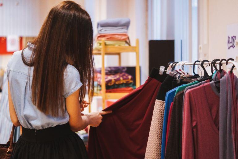 Mädchen beim Kleiderung auswählen