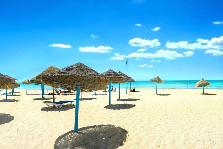 Sonneschierme, Sand und Meer am Nabeul Strand in Tunesien