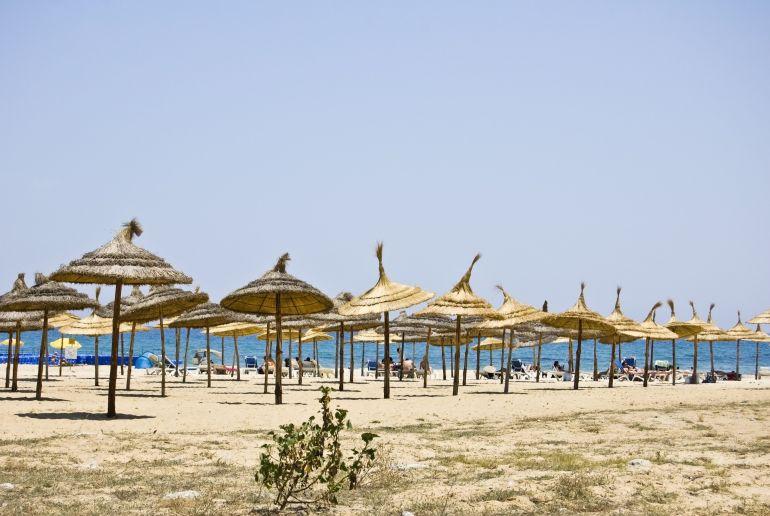 Sonnnenschirme am Yasmine Hammamet Strand in Tunesien