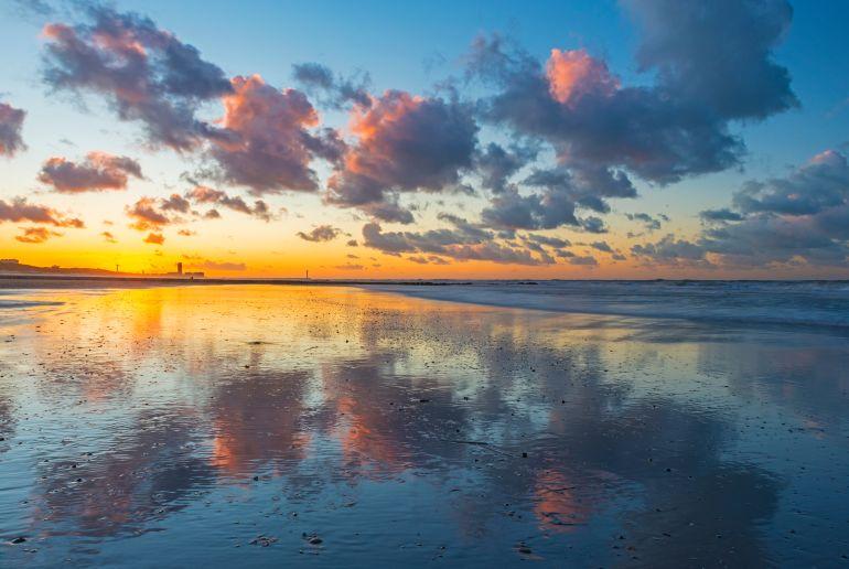 Sonnenuntergang am Oostende Strand in Belgien