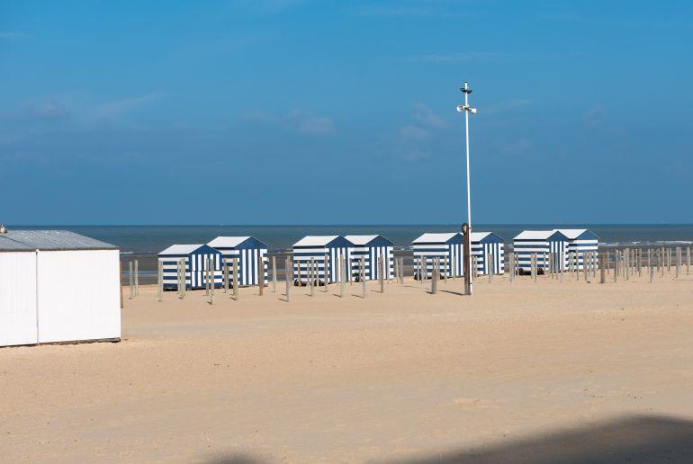 Koksijde Strand mit wieß blauen Strandhäusern in Belgien