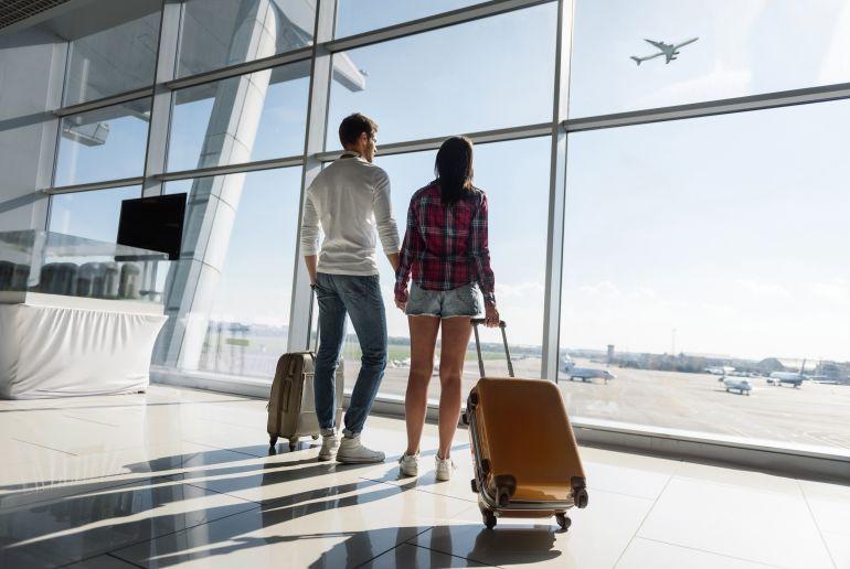 Paar am Flughafen