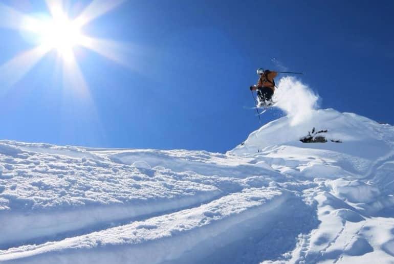 Springender Skifahrer in der Sonne