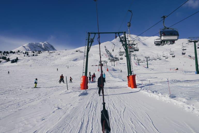 Skifahrer im Schlepplift
