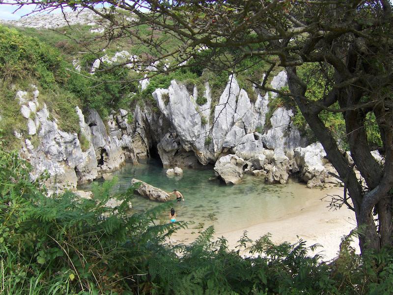 playas vírgenes españa: Gulpiyuri, Asturias.