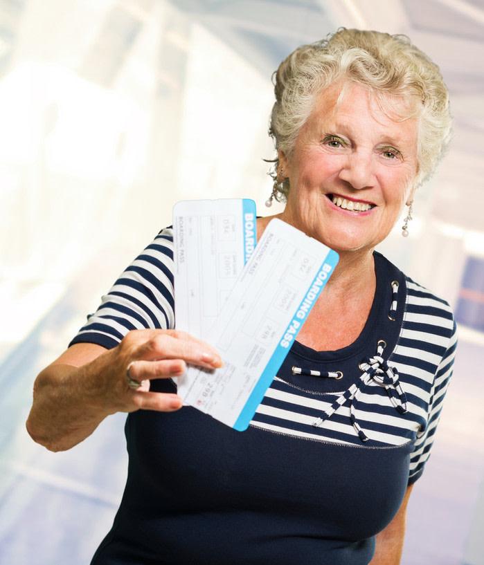 Acompañantes de avión: mujer mayor con tarjetas de embarque