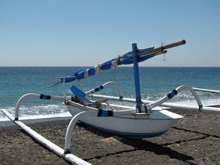 jukung-su-una-spiaggia-di-bali