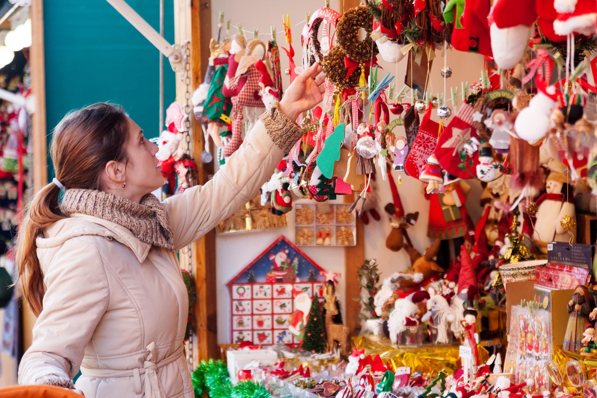 mercadillo navidad mujer comprando