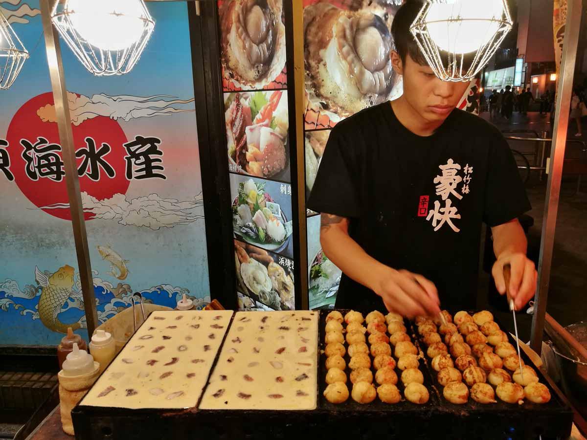 Takoyaki in preparazione a Osaka
