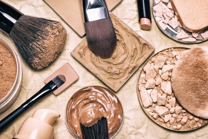 Objetos prohibidos en un avión: maquillajes y botes grandes