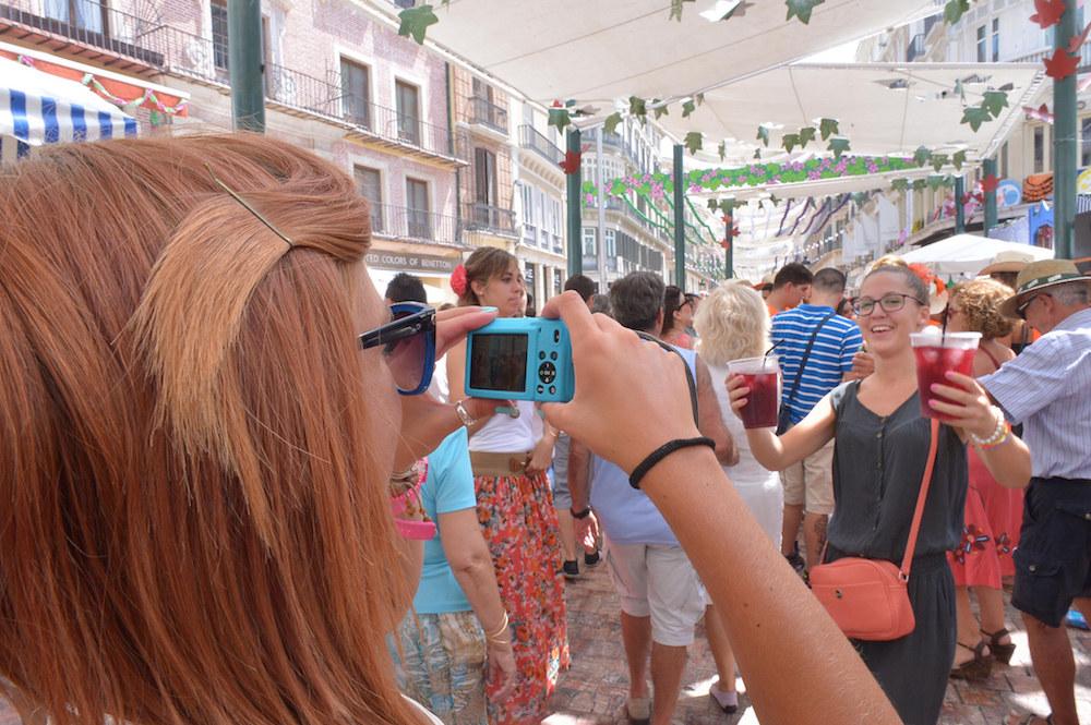 Fería de Málaga bebiendo en la calle