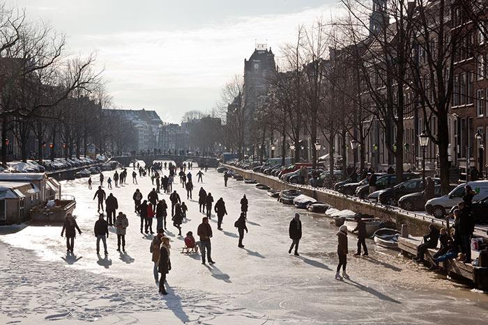 Ice skating Keizersgracht . Image by Eis Edwin van