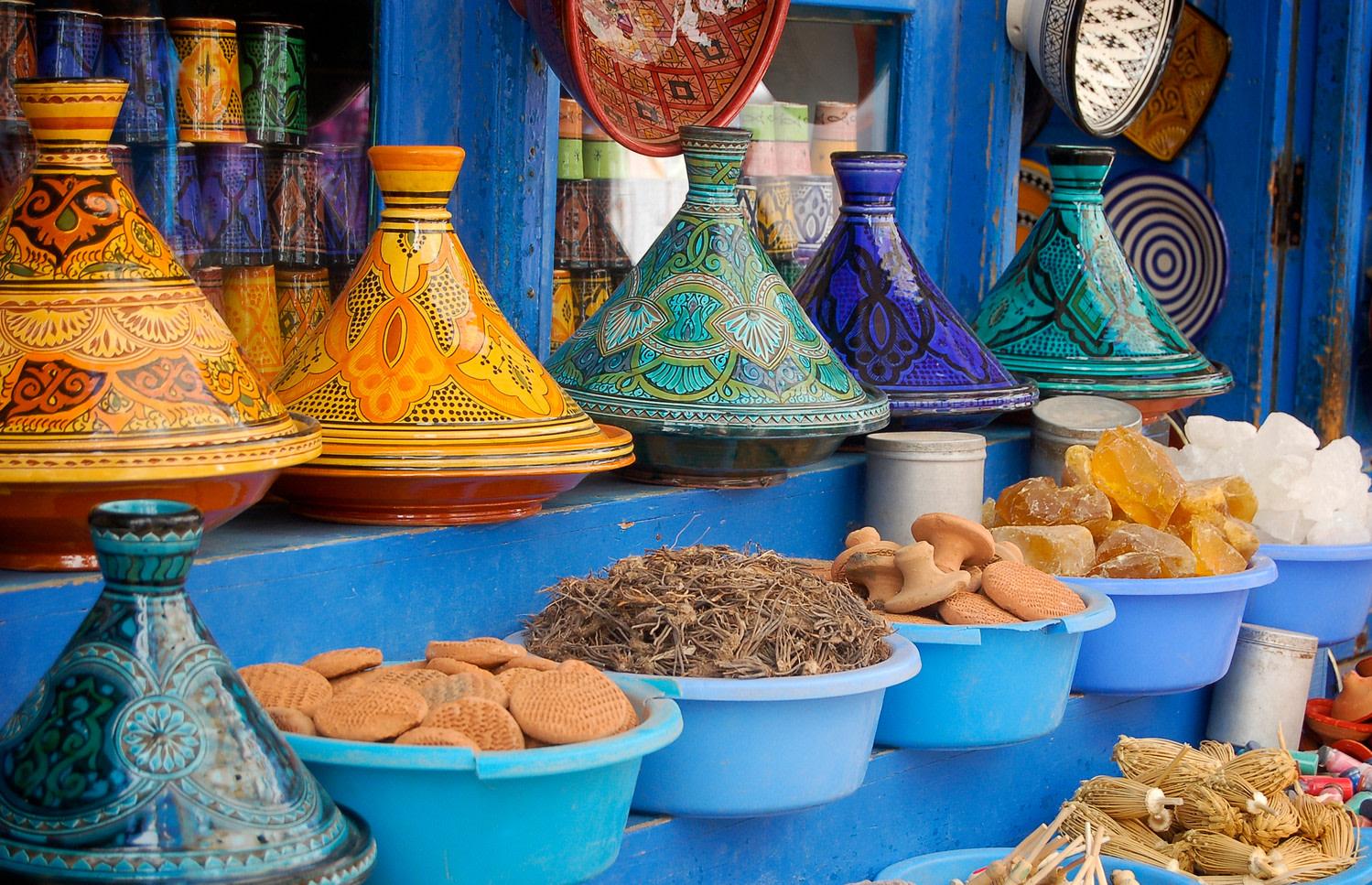 Tajine - Plats à tajine dans un souk au Maroc