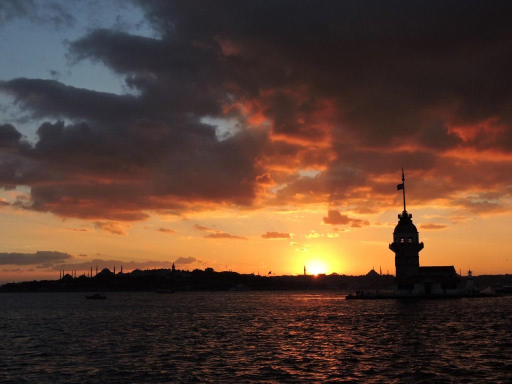 Il tramonto di Salacak, con la torre di Leandro