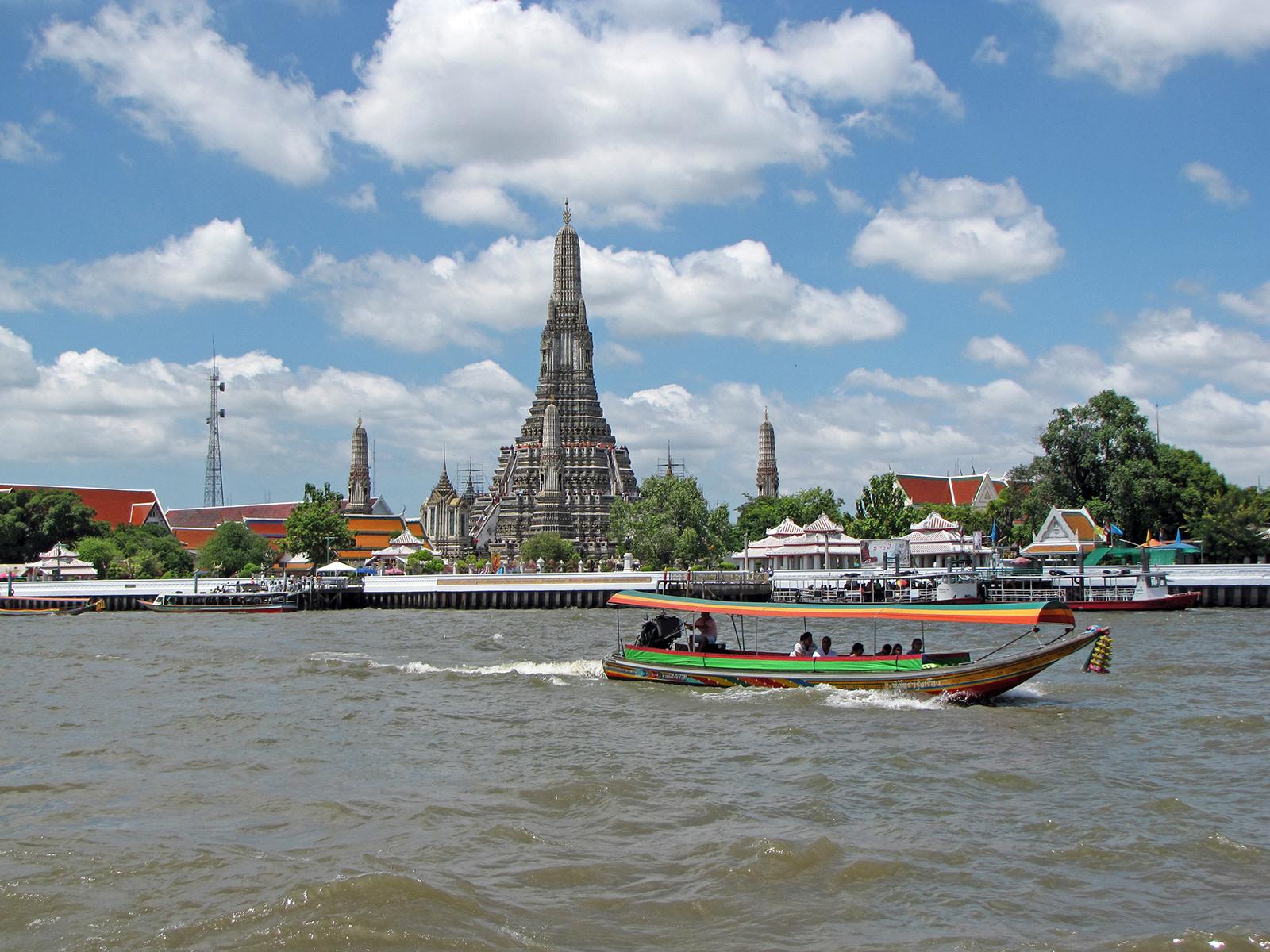 Bangkok, il Wat Arun dal Chao Phraya