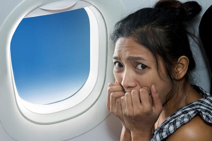 peores acompañantes: mujer con miedo a volar