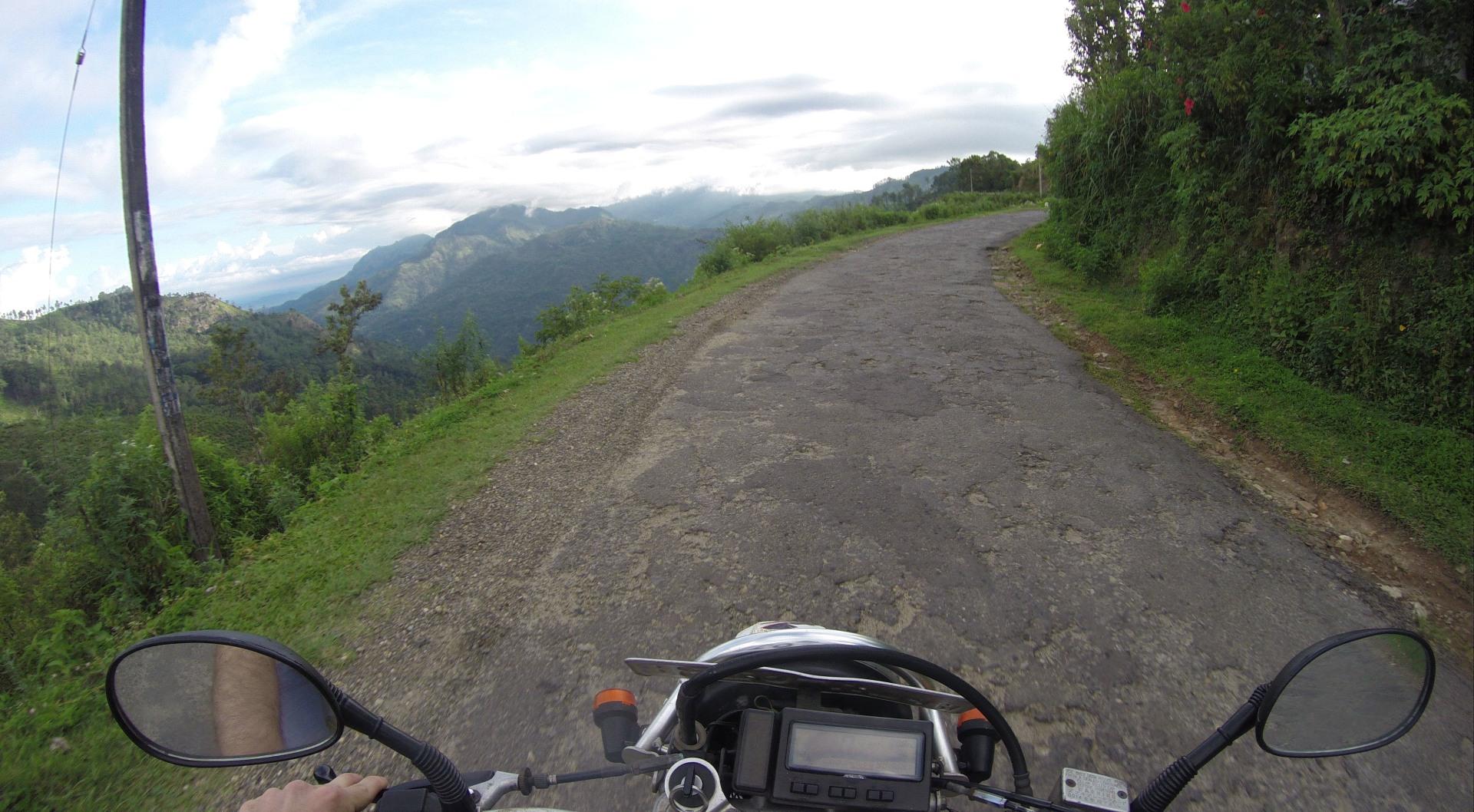 Gabriele Saluci in moto in Sri Lanka - foto @GabrieleSaluci
