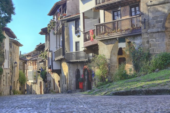 calle-tipica-santillana-del-mar
