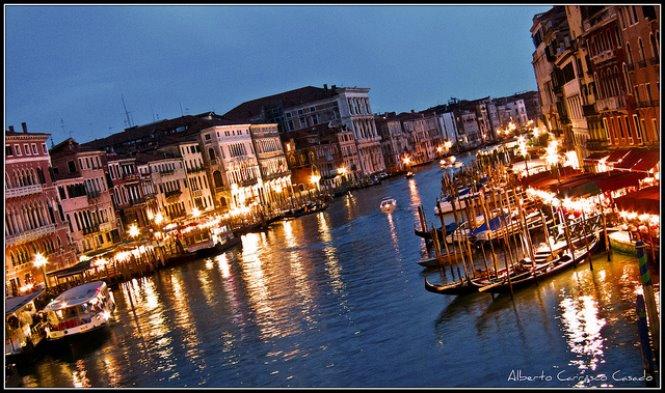 canales y gondolas en venecia por la noche italia