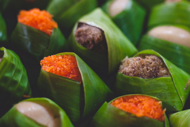 Gastronomie locale - Nourriture emballée dans une feuille de bambou vendue à Bangkok