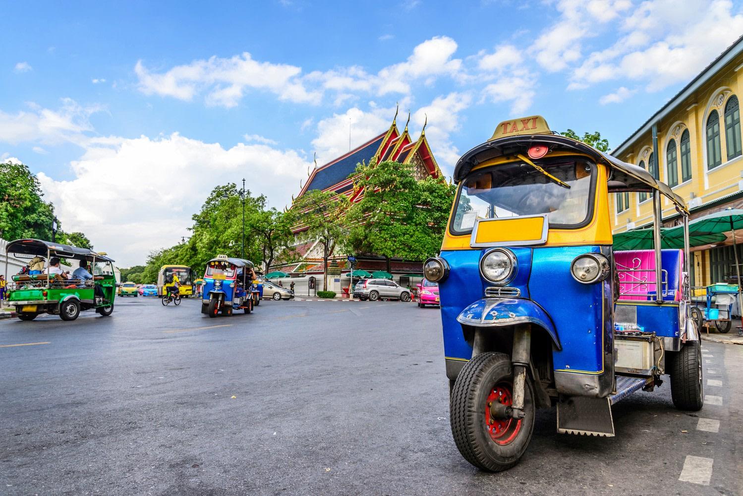 Transports - Tuk Tuk transport typique thaïlandais dans une rue de Phuket