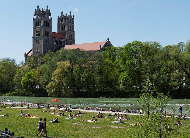 río Isar e iglesia St. Maximilian munich alemania