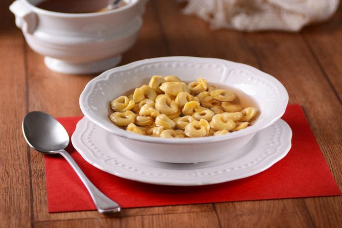 Comida típica navidad italiana caldo de cappelletti