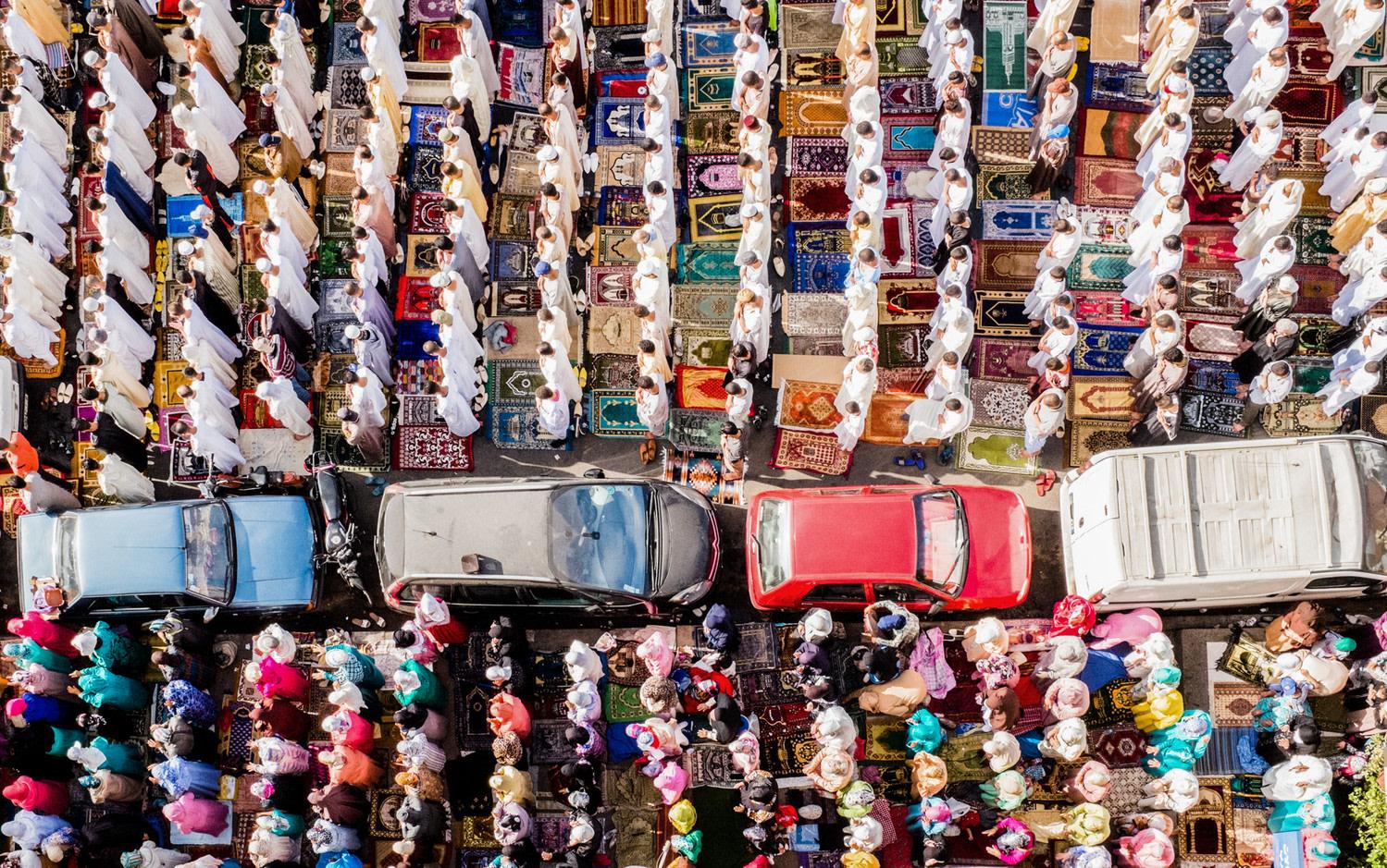Voiture de location à Marrakech - Voitures circulants pendant la prière au Maroc