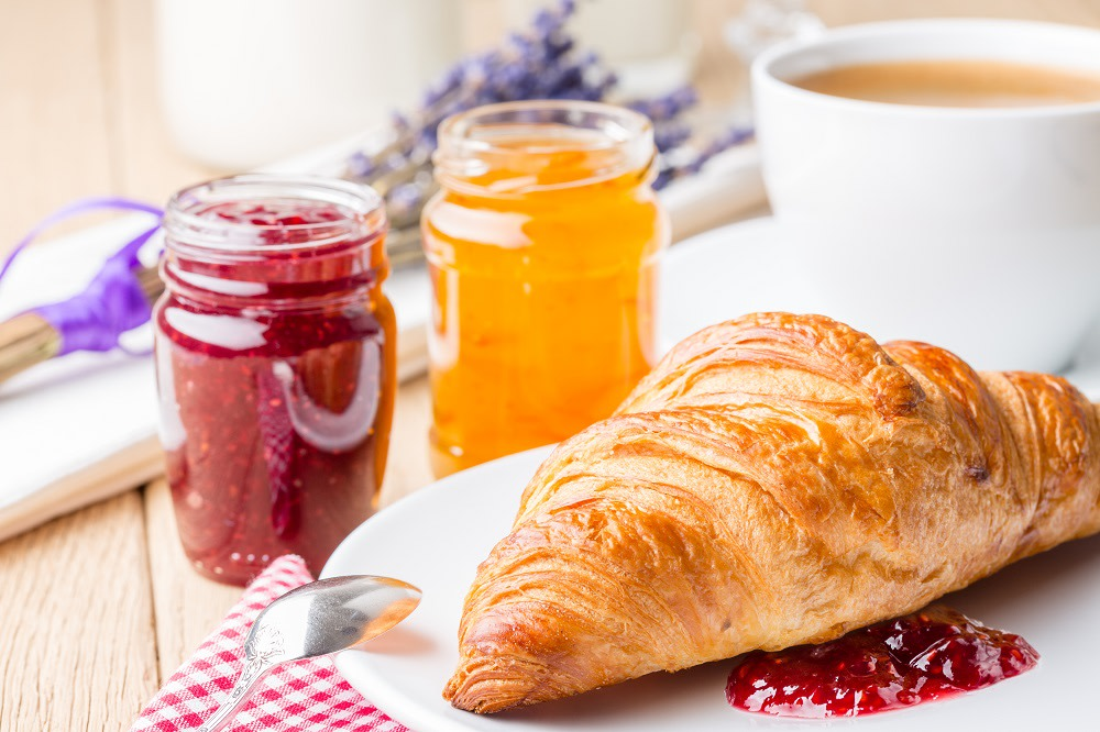 Colazione francese a base di Croissant freschi