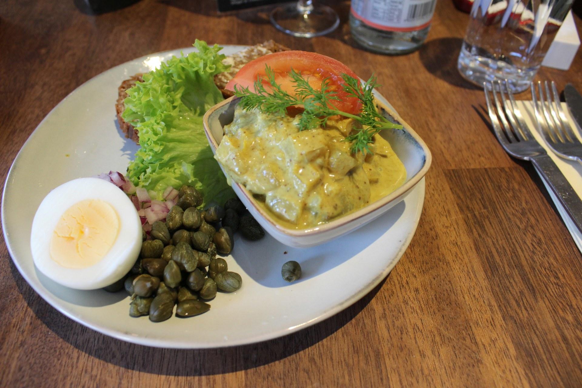 piatti tipici danesi aringa in salsa curry copenhagen