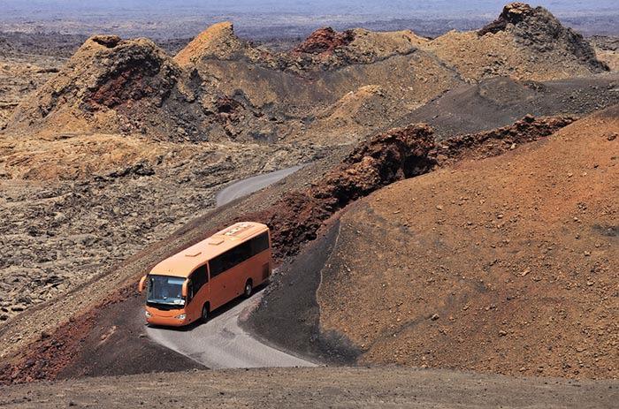 Destinos de invierno: autobus recorriendo la carretera del parque de timanfaya lanzarote canarias