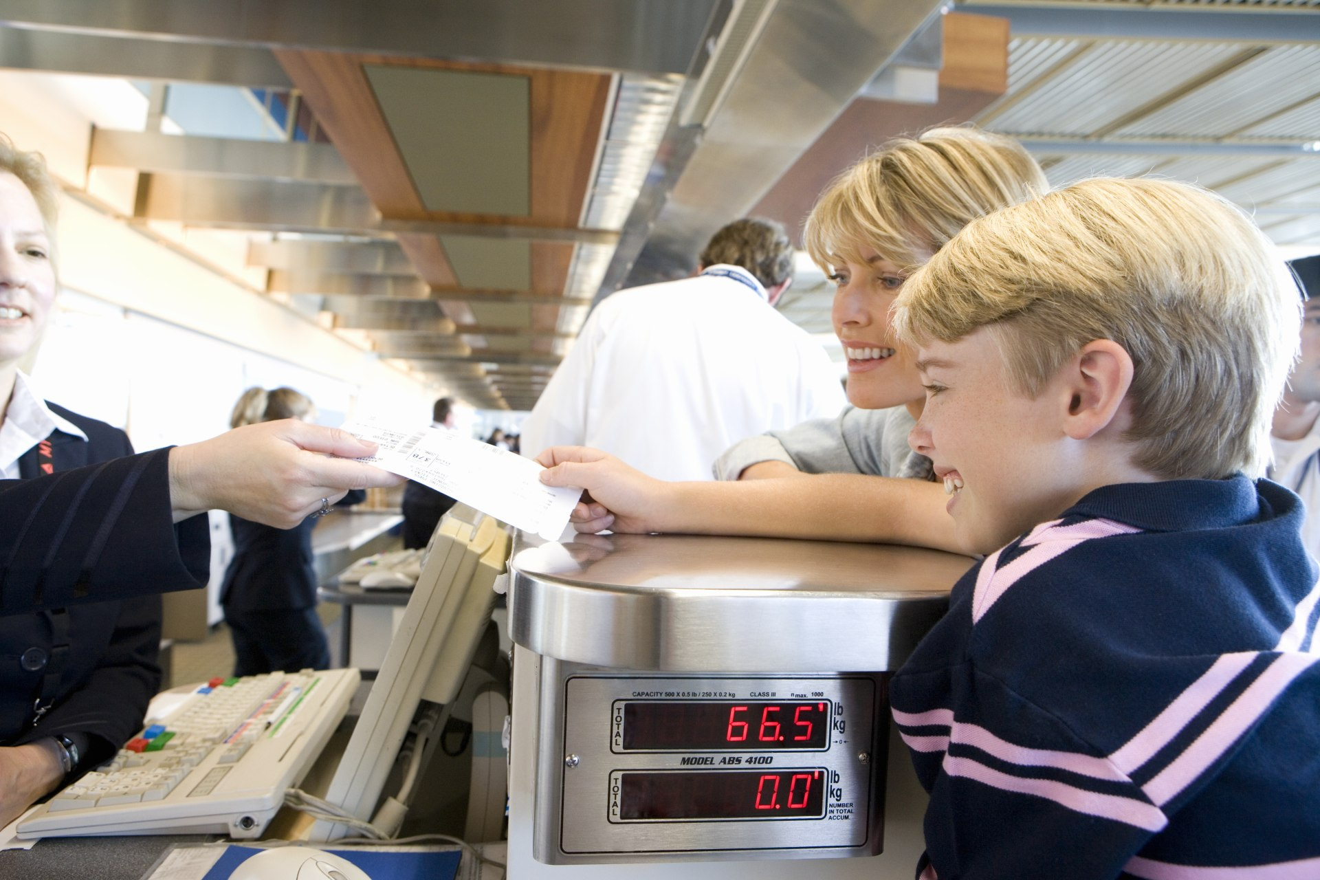 madre e hijo aeropuerto check in : niños que viajan solos