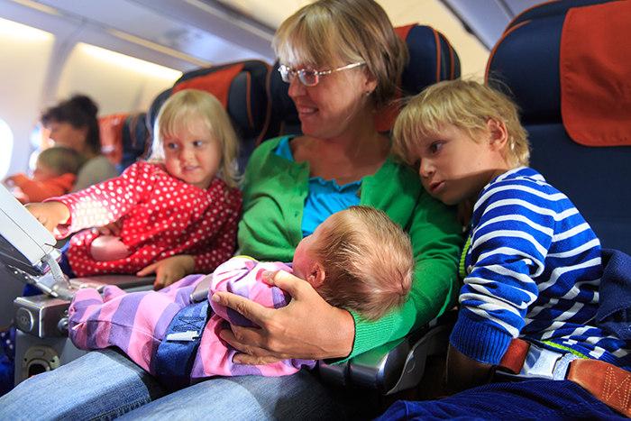 Familia con bebe en avión