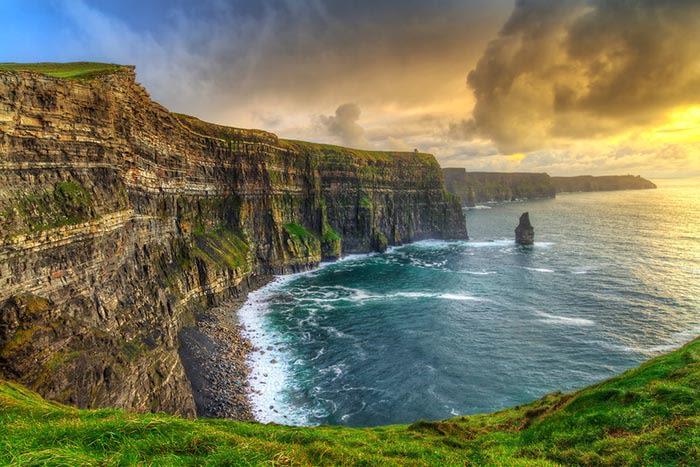qué ver en irlanda: acantilados moher al atardecer irlanda