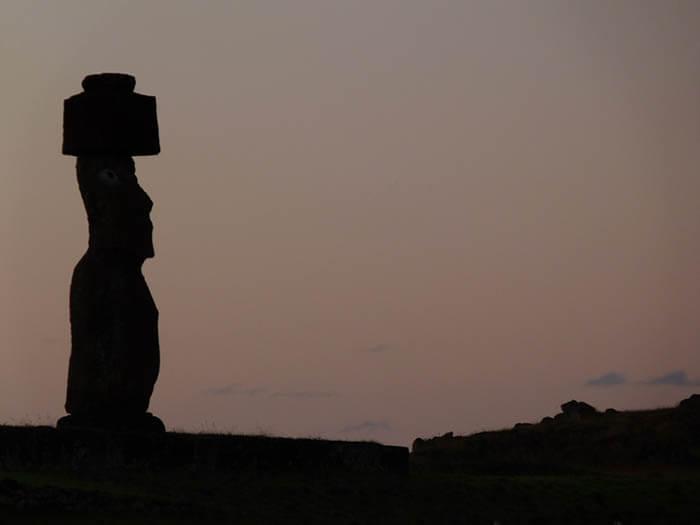 la isla de pascua moai de cuerpo entero
