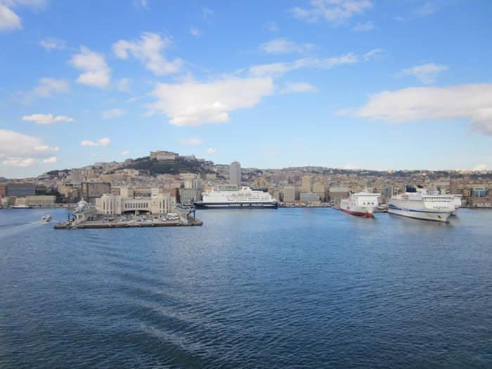 napoles visto desde un barco de crucero