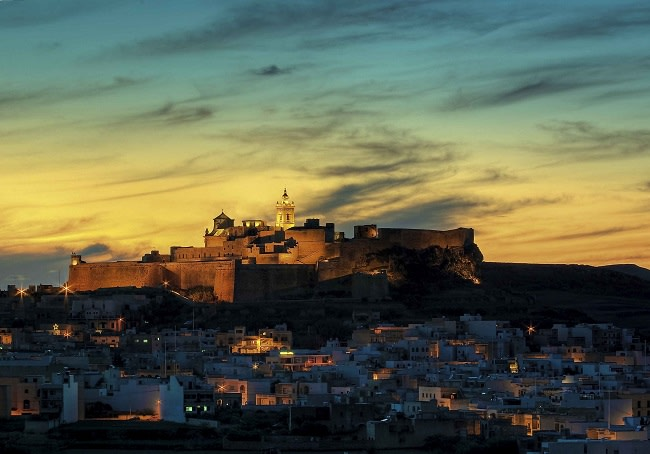 Imagen nocturna de la Ciudadela de Gozo, Malta. Foto: viewingmalta.com