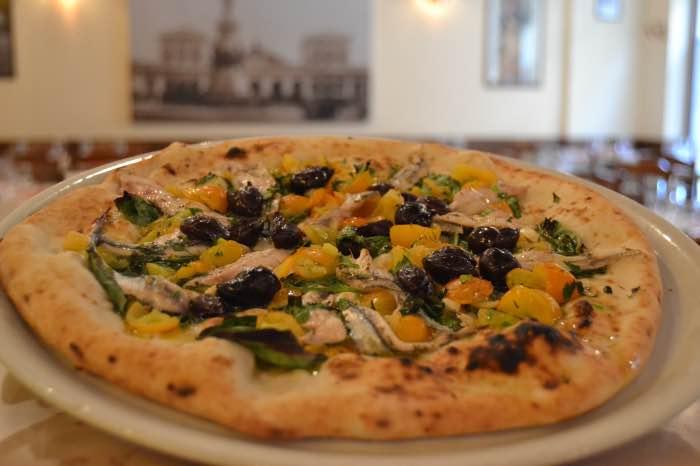 PIZZA SORRENTO - ALICI PREZZEMOLO AGLIO POMODORINI GIALLI E OLIVE_pizzaria la notizia