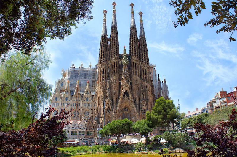 Ir de compras y contemplar edificios como la Sagrada Familia. Solo en Barcelona.