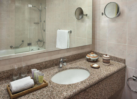 Hotelzimmer mit Hochstuhl im Mövenpick Resort Petra