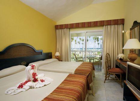 Hotelzimmer mit Volleyball im Grand Sirenis Tropical Suites