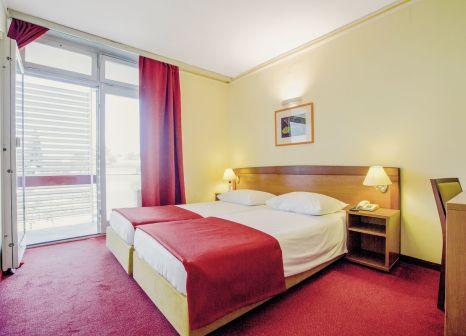Hotelzimmer mit Mountainbike im Hotel Niko