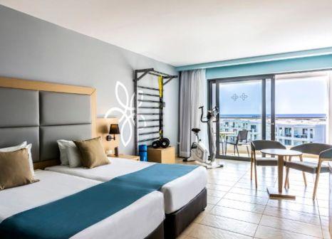Hotelzimmer mit Volleyball im Sentido Asterias Beach Resort